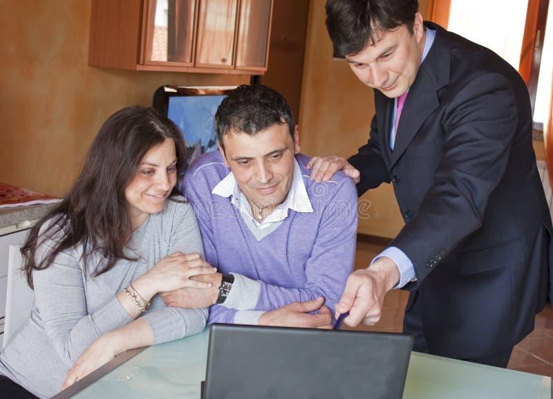成人顾问夫妇投资 免版税图库摄影