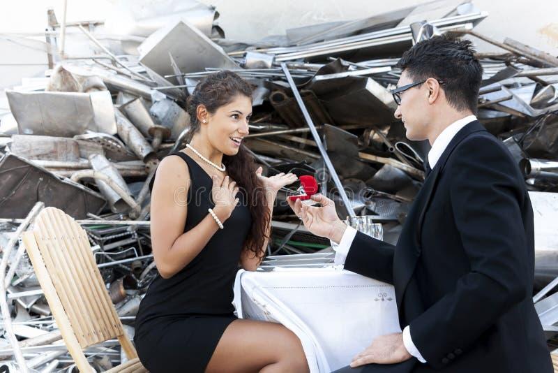 年轻成人给一个定婚戒指 免版税库存照片