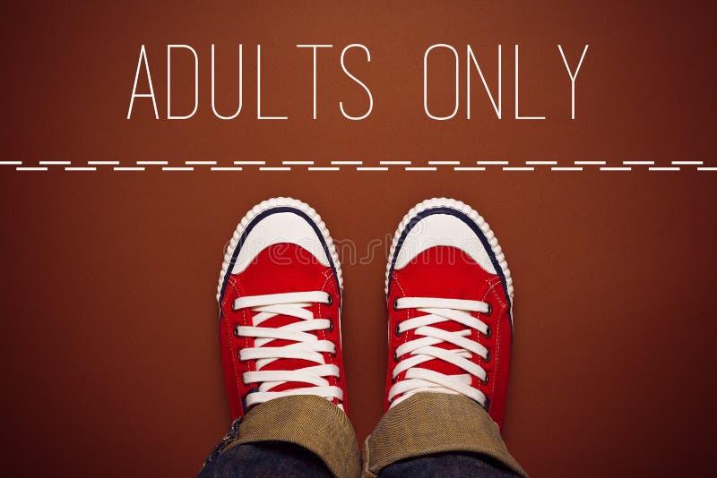 成人仅概念,站立在界线的人 免版税库存图片