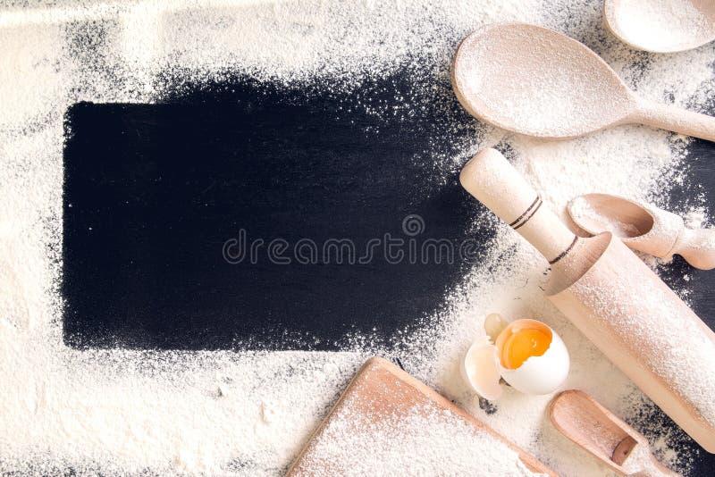 成份和工具为烘烤 关闭 鸡蛋,面粉和 免版税库存照片