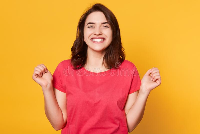 成功、胜利和成就概念 愉快的妇女优胜者握紧她的拳头和是叫喊与兴奋,达到目标 免版税库存图片