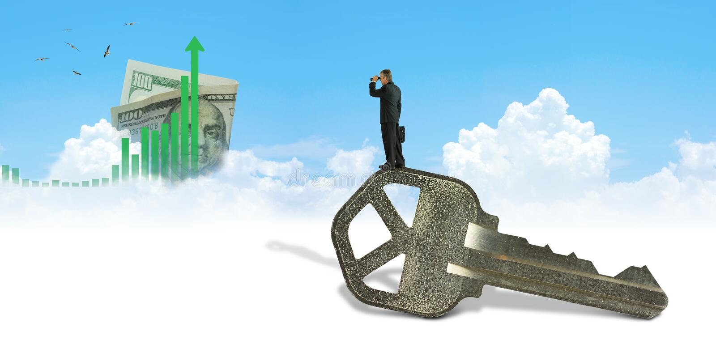成功人的钥匙有看向上图表和金钱在距离的双筒望远镜的 免版税库存图片