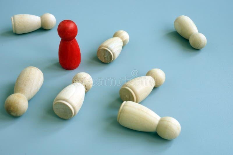 成功企业好处在竞争中 红色小雕象当标志竞争力 库存图片
