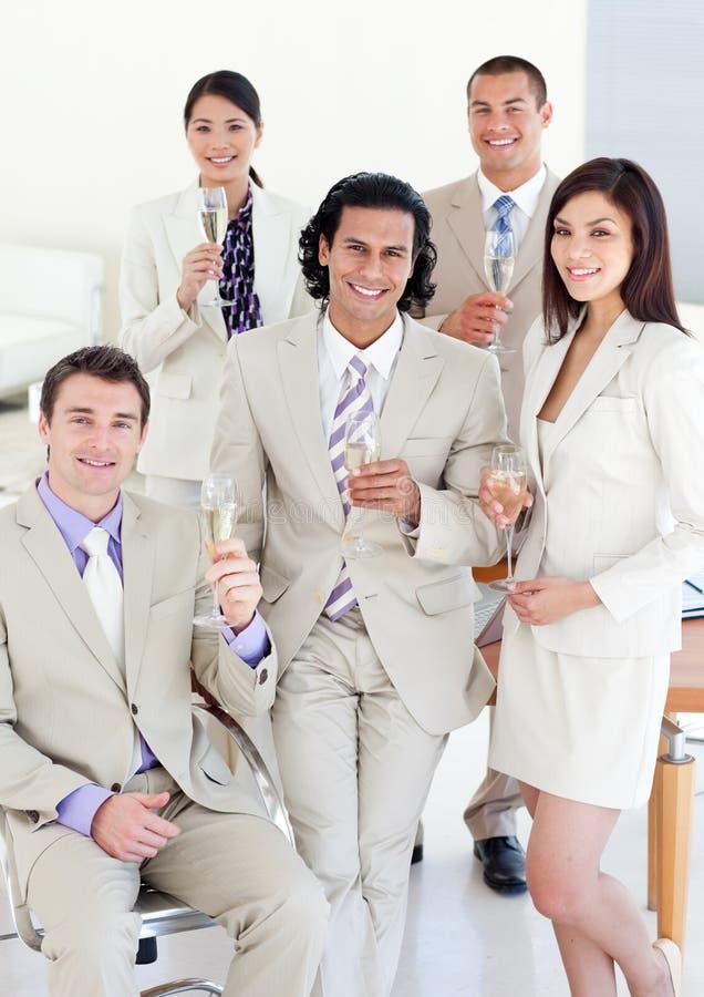 成功企业香槟饮用的人员 免版税库存照片