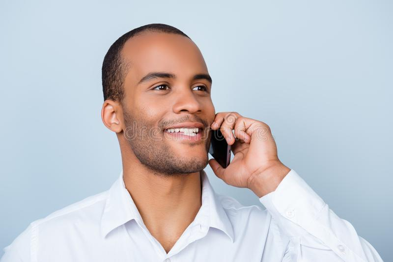 成功和愉快的年轻非洲企业家银行家有 免版税库存图片