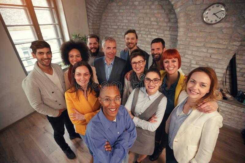成功和赢取的概念-愉快的企业队 免版税库存照片