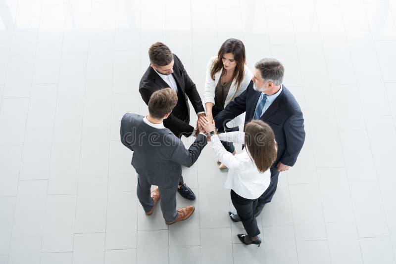成功和赢得的概念-庆祝胜利的愉快的企业队在办公室 免版税图库摄影