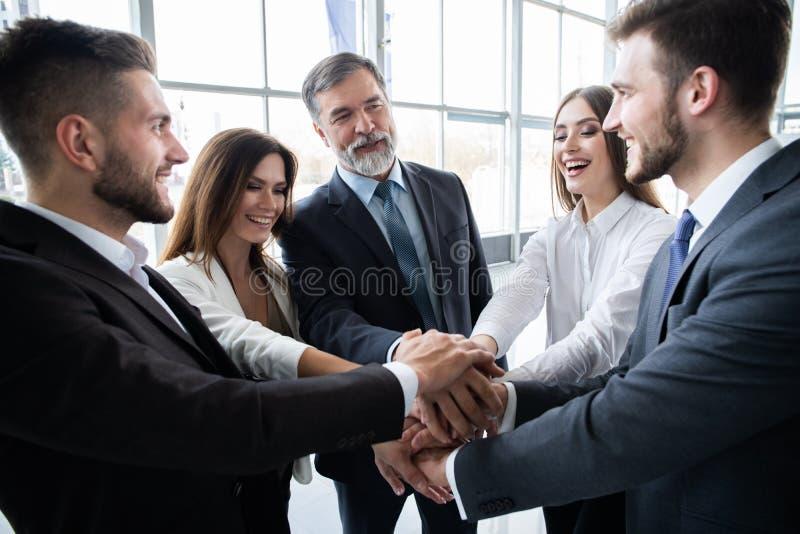 成功和赢得的概念-庆祝胜利的愉快的企业队在办公室 免版税库存照片