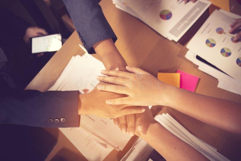 成功和赢得的概念-庆祝胜利的愉快的企业队在办公室 库存照片