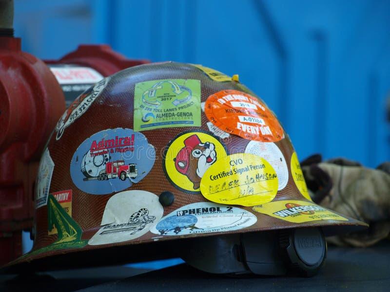 成功徽章在一顶安全帽的 免版税图库摄影