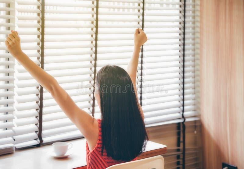 成功的亚裔女商人举她的手以欢欣在 免版税库存图片