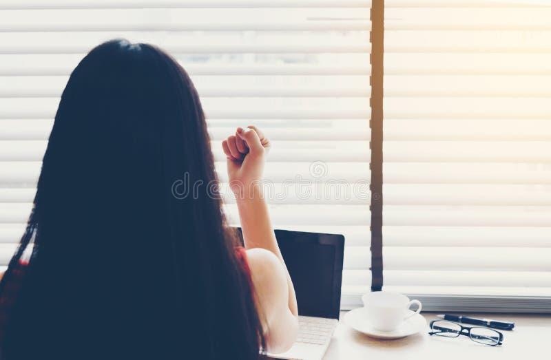 成功的亚裔女商人举她的手以欢欣在 库存图片