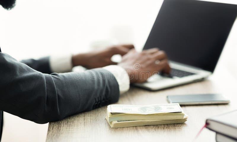 成功的企业概念 使用膝上型计算机的黑商人分析财务数据 图库摄影