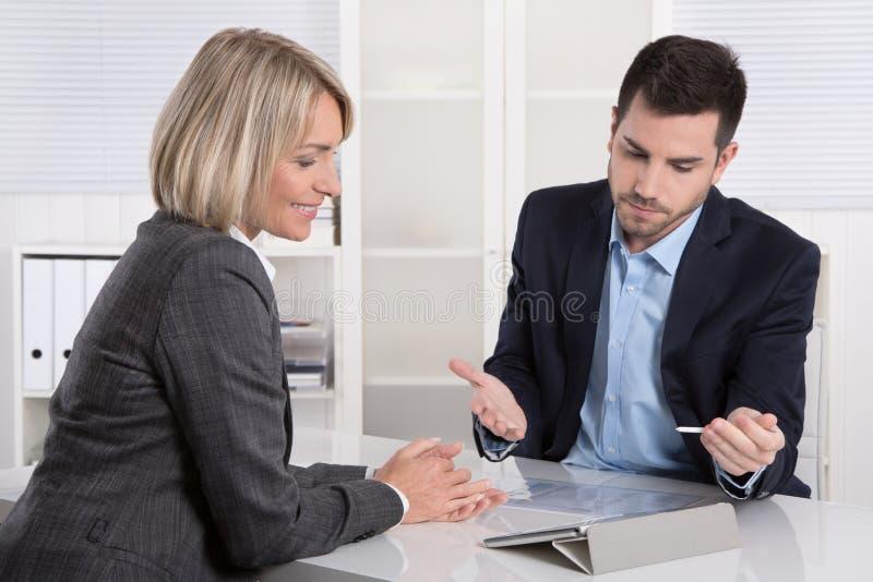 成功的企业队或costumer和客户在会议 免版税库存照片