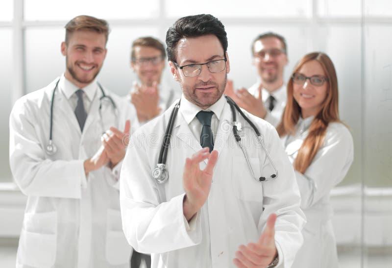 成功的医生,接受从同事的祝贺 图库摄影