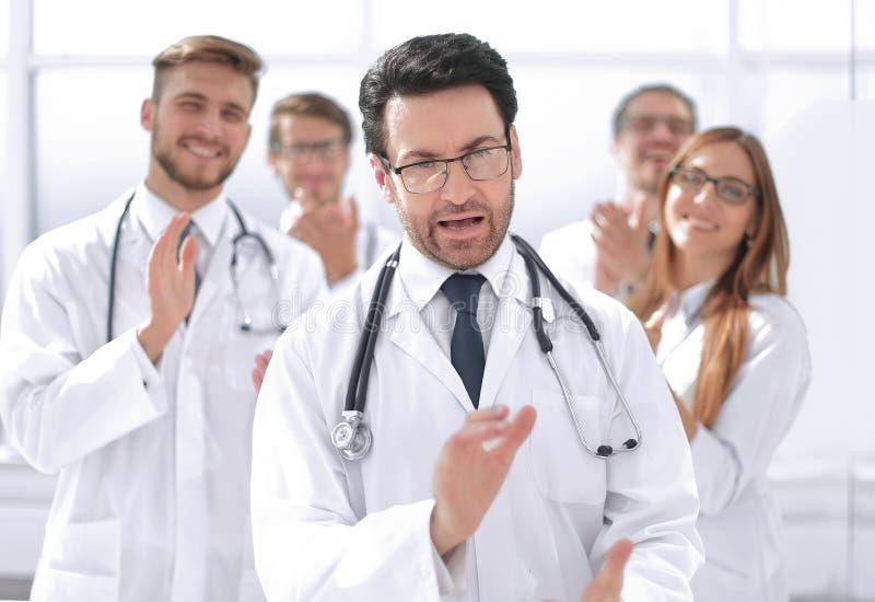 成功的医生,接受从同事的祝贺 库存照片