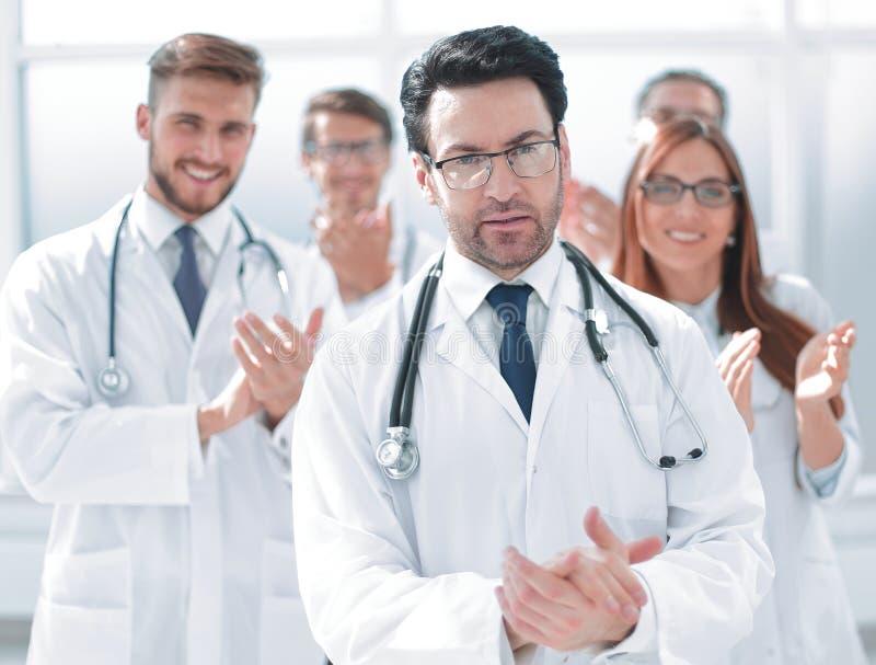 成功的医生,接受从同事的祝贺 免版税库存图片