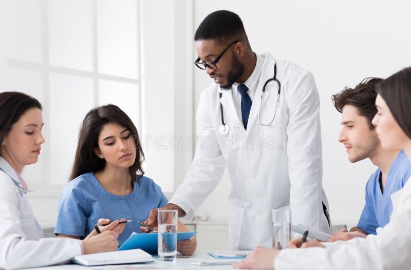 成功的医疗队谈论诊断在会议 库存照片