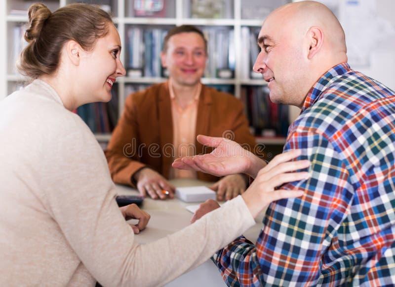 成功的卖主和买家在桌上在办公室 免版税库存照片