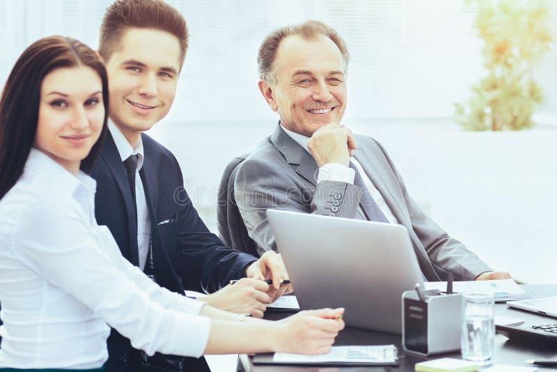 成功的商人和他的事务在一个现代办公室合作会议 免版税库存照片