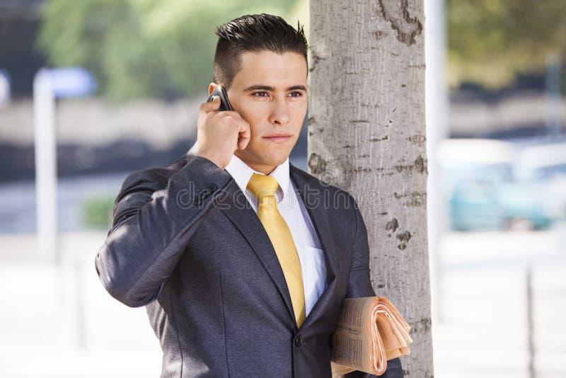 成功的商人谈话在他的手机 库存照片
