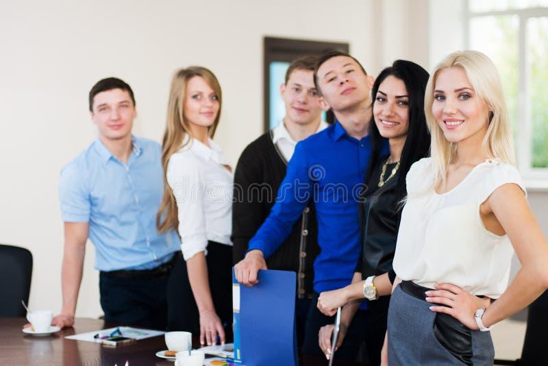 年轻成功的商人队在办公室 图库摄影