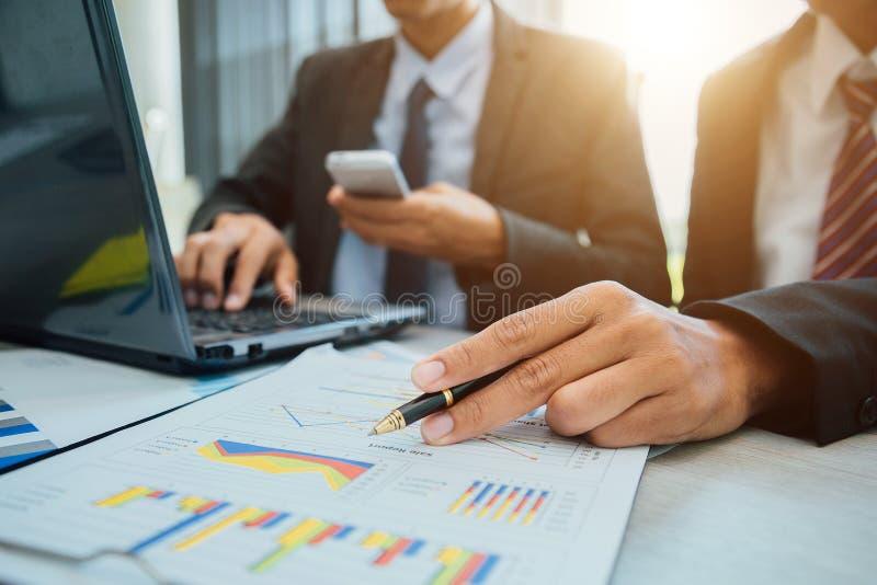 成功的团队负责人和企业主主导的非正式业务会议 免版税图库摄影