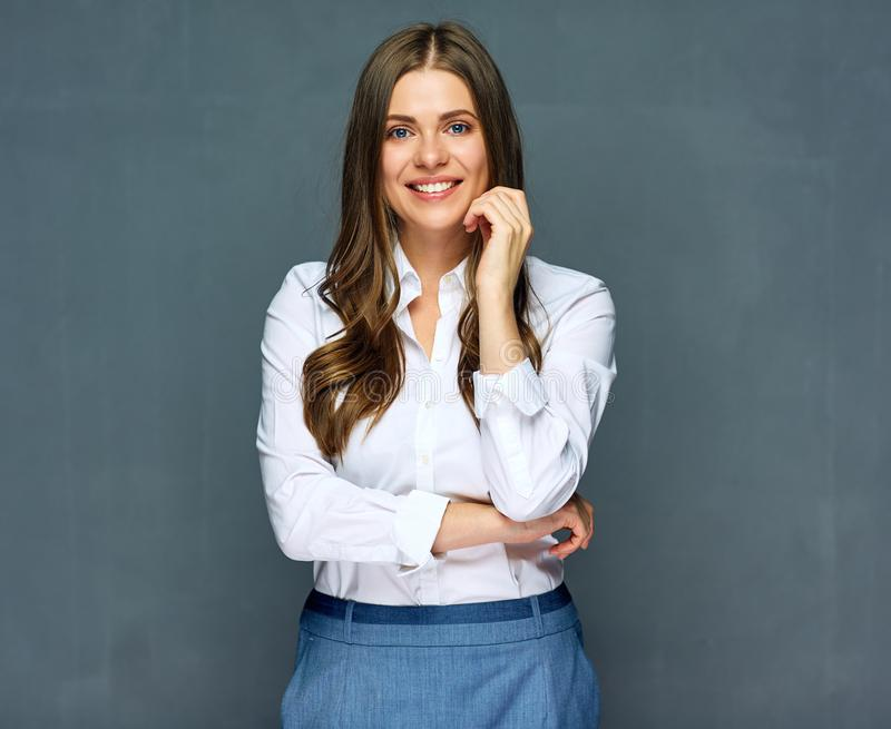 成功的女实业家佩带的白色衬衣和微笑与牙 免版税库存照片