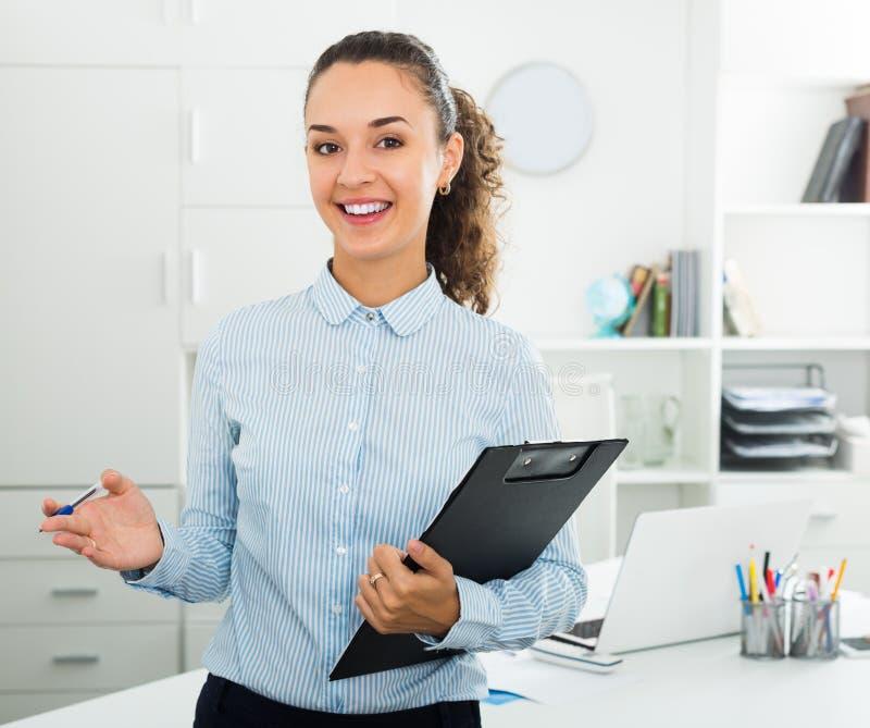 成功的女实业家压料板文件画象  免版税库存照片