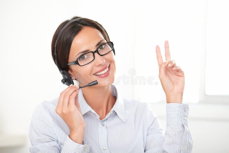 成功的女实业家发表演讲关于耳机 库存图片