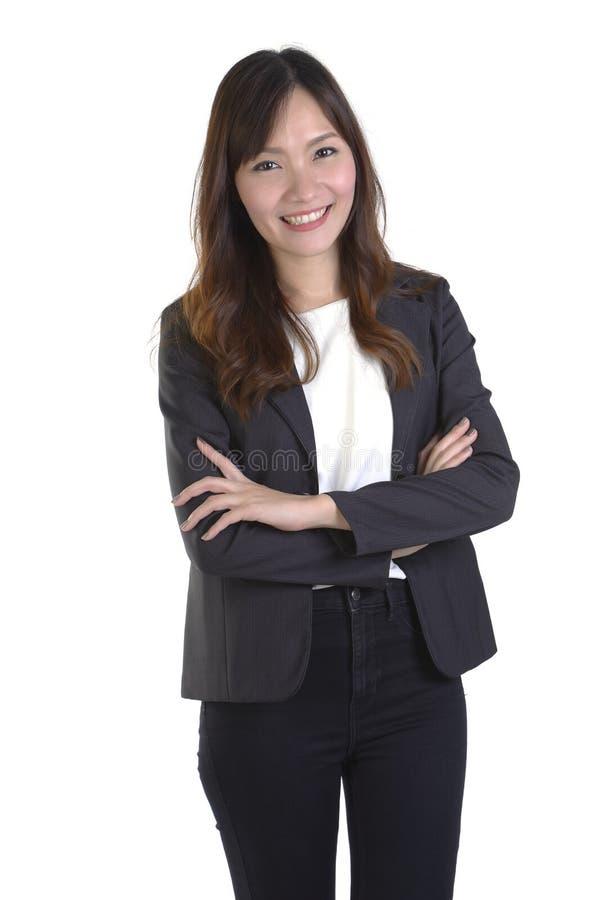 成功的女实业家微笑并且横渡了她的在白色背景的胳膊 免版税库存照片