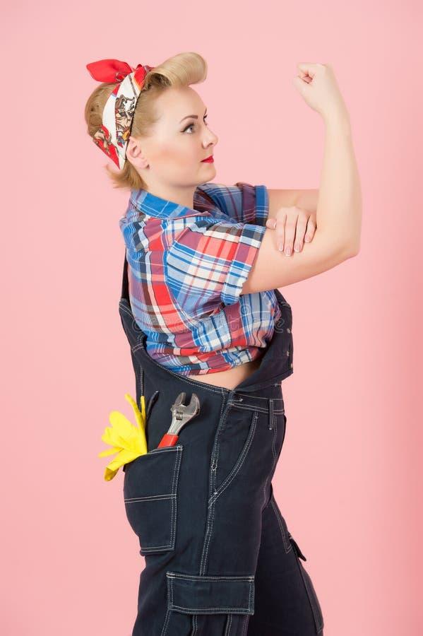成功的妇女力量 我们可以做它!与画报葡萄酒样式的概念 白肤金发的卷毛女性在牛仔布用手 库存图片