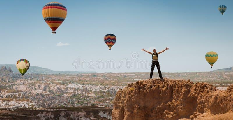 成功的妇女和热空气气球概念刺激,启发 图库摄影