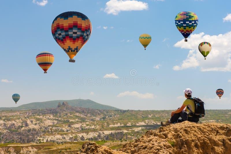 成功的妇女和热空气气球概念刺激,启发 免版税库存图片