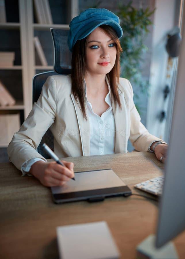 成功的妇女画象致力于她的事业和workin 免版税库存图片