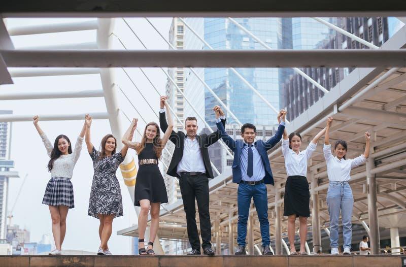 成功的小组商人,成功成就手被举,团队工作达到目标 免版税库存图片