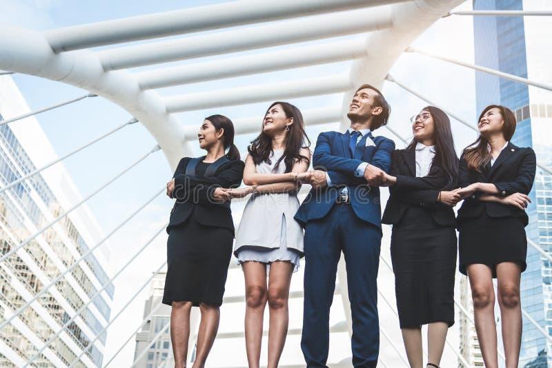 成功的小组画象查寻对天空的商人作为未来 愉快的商人和女实业家合作  图库摄影