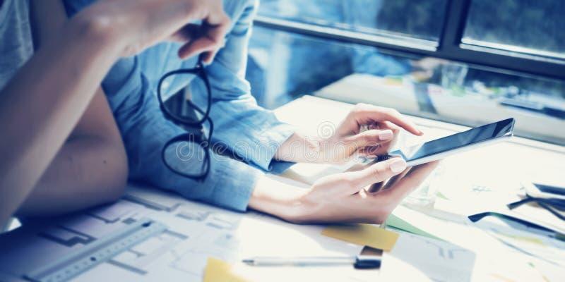 成功的帐户经理队会议 分析股市行情现代室内设计顶楼办公室 工友使用 免版税库存图片
