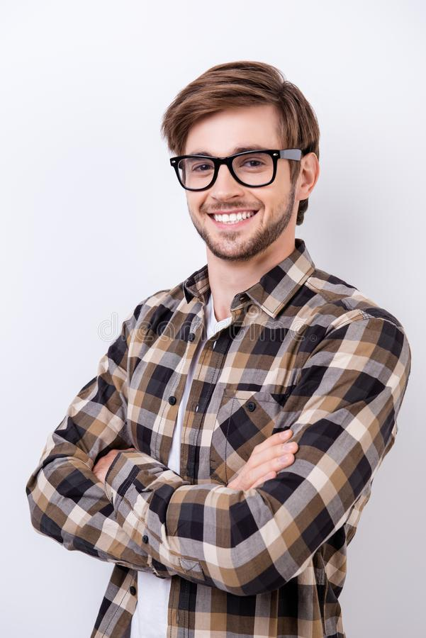 成功的年轻有胡子的英俊的学生微笑着 他是在a 免版税图库摄影