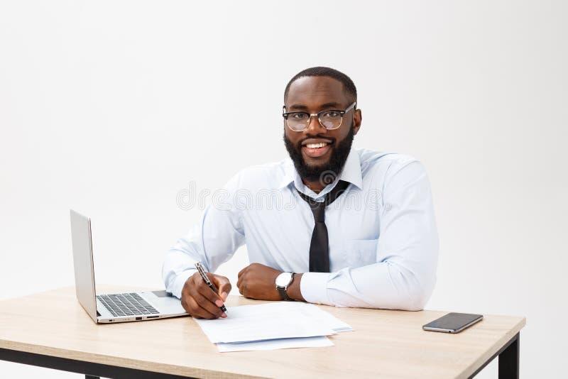 成功的微笑的快乐的非裔美国人的商人行政时髦的公司领导特写  库存图片