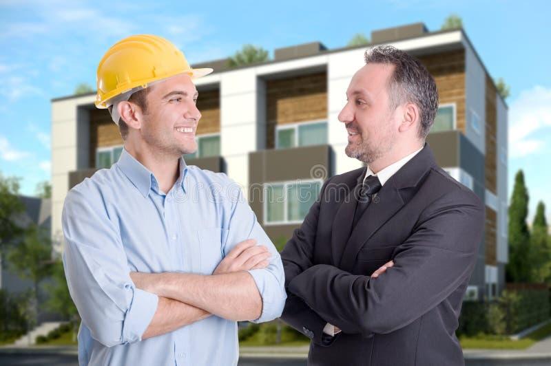 成功的微笑建筑师和的商人户外 库存图片