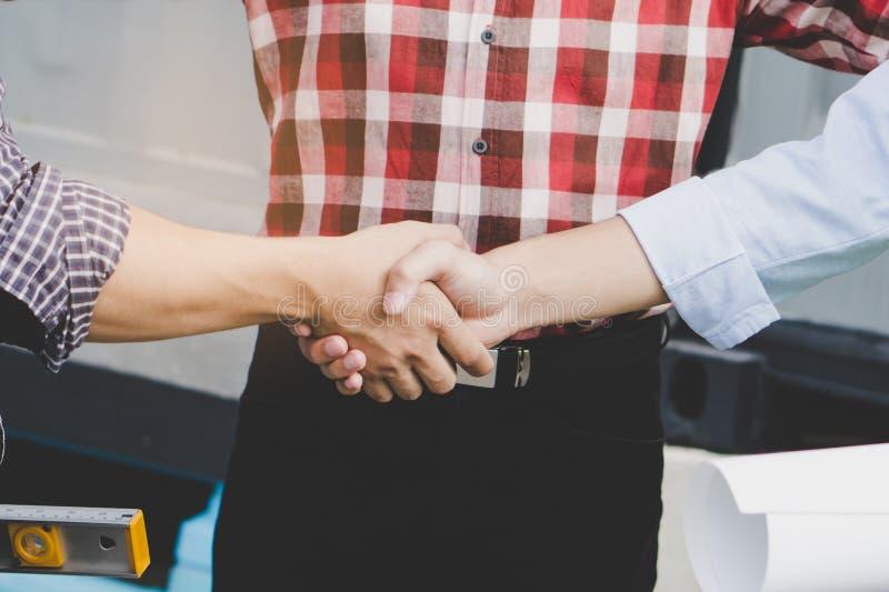 成功的成交,女性建筑师与客户握手 免版税库存图片