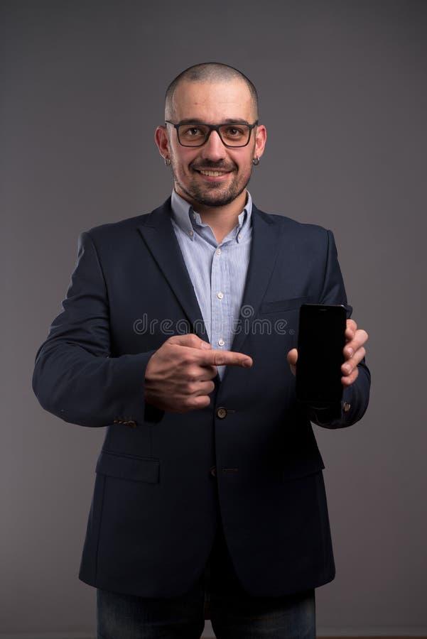 成功的推销员广告新的智能手机设备 免版税库存图片