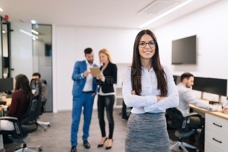 成功的美丽的女实业家画象在办公室 库存图片
