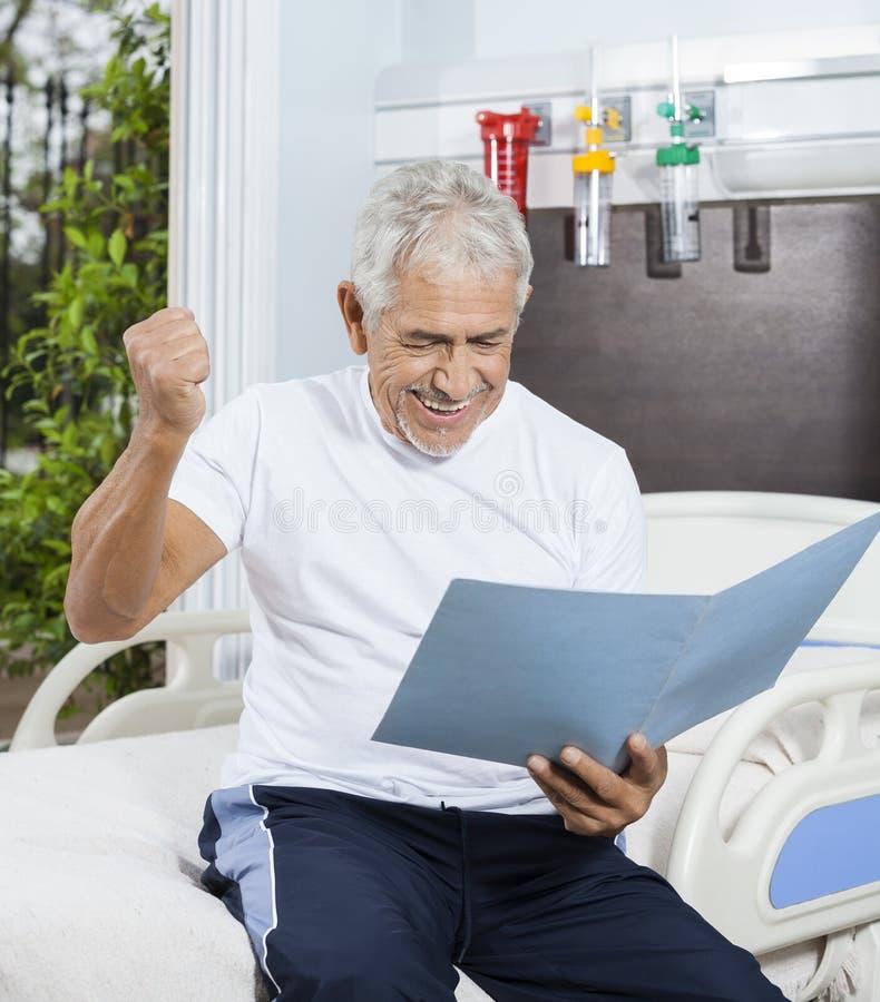成功的老人在康复中心的看报告 免版税库存图片
