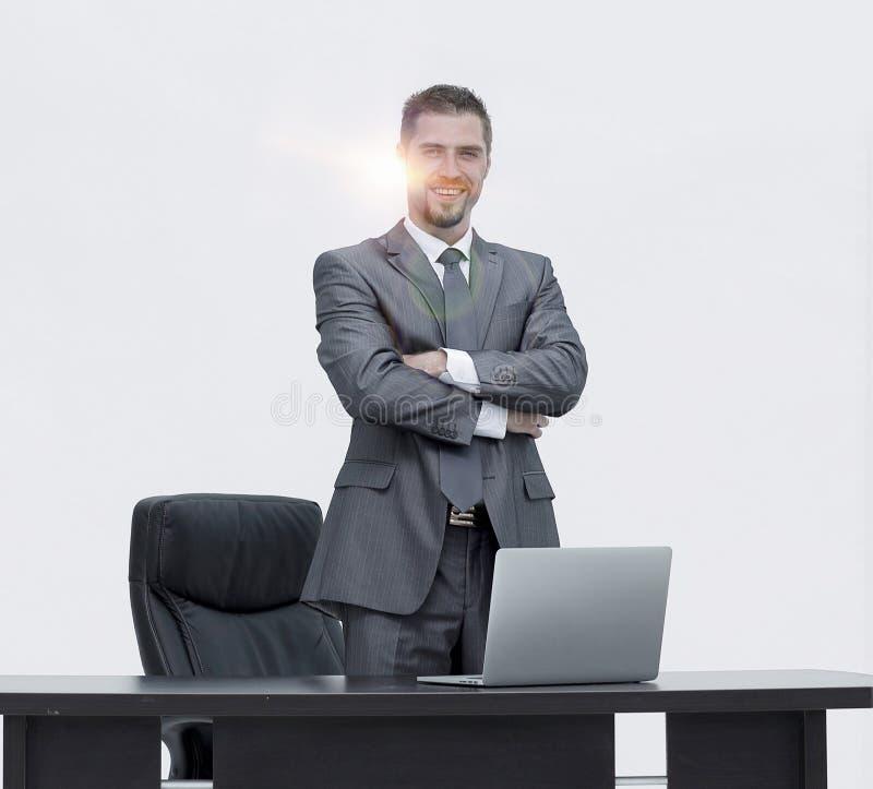 成功的领导,站立在书桌后 免版税库存图片