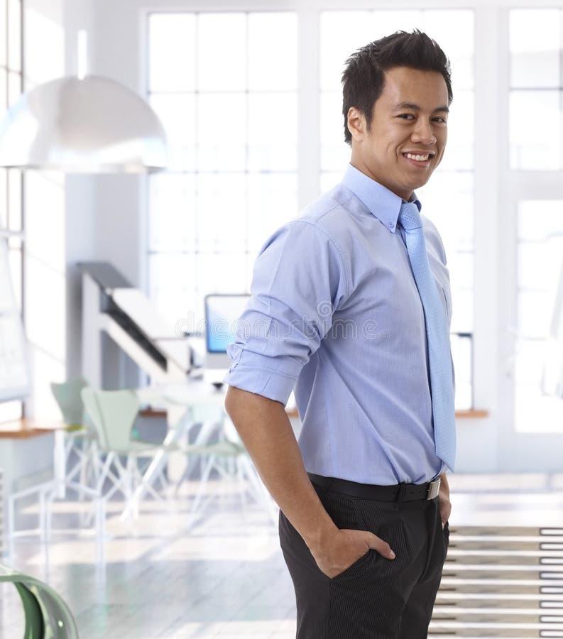 成功的年轻亚裔企业家在办公室 库存图片