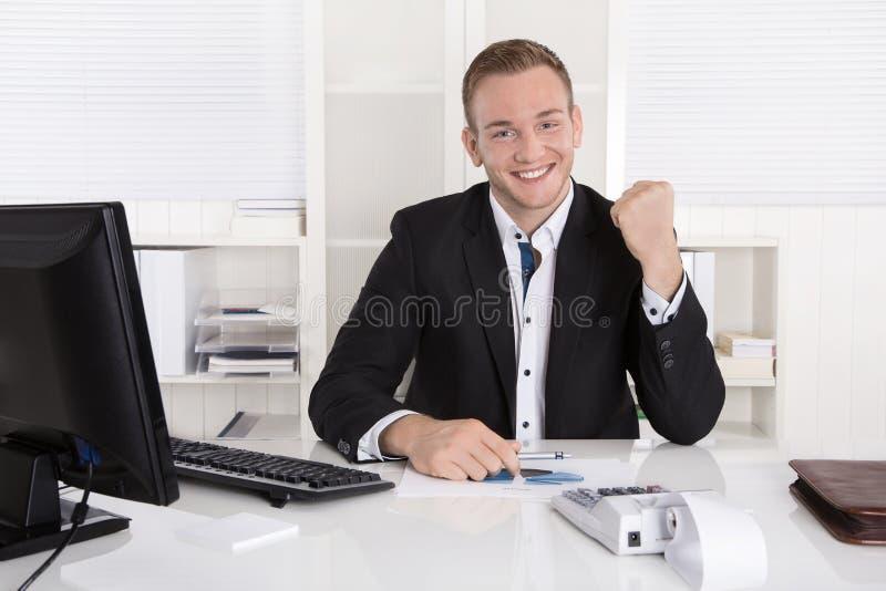 成功的年轻商人感到骄傲为他的成功和欢呼的i 库存图片