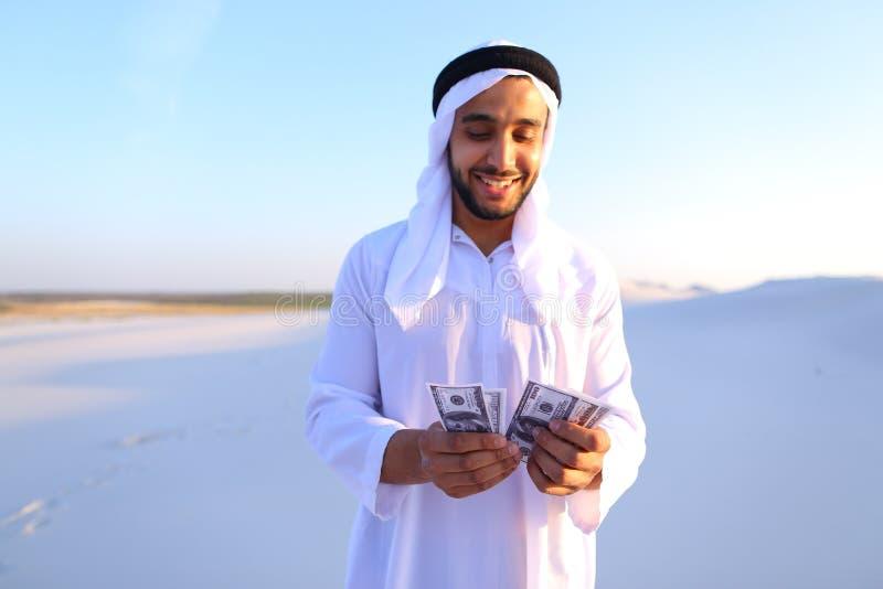 成功阿拉伯回教族长考虑钞票和愉快,身分我 免版税图库摄影