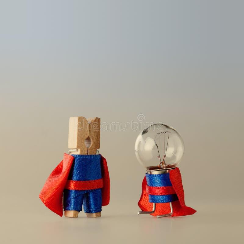 成功项目管理概念和超级队模板 晒衣夹钉蓝色衣服红色海角的电灯泡英雄 免版税库存图片